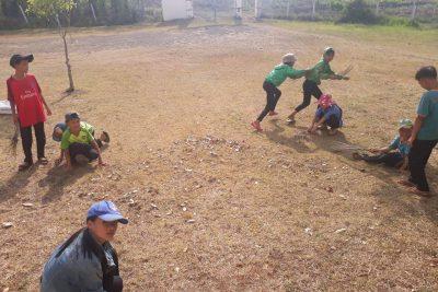 Học sinh tham gia lao động dọn vệ sinh trường lớp