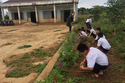 Lao động dọn vệ sinh, trồng hoa ngoài giờ lên lớp